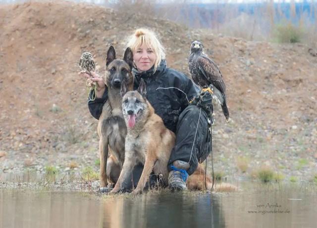 Tanja met 2 honden en uilen