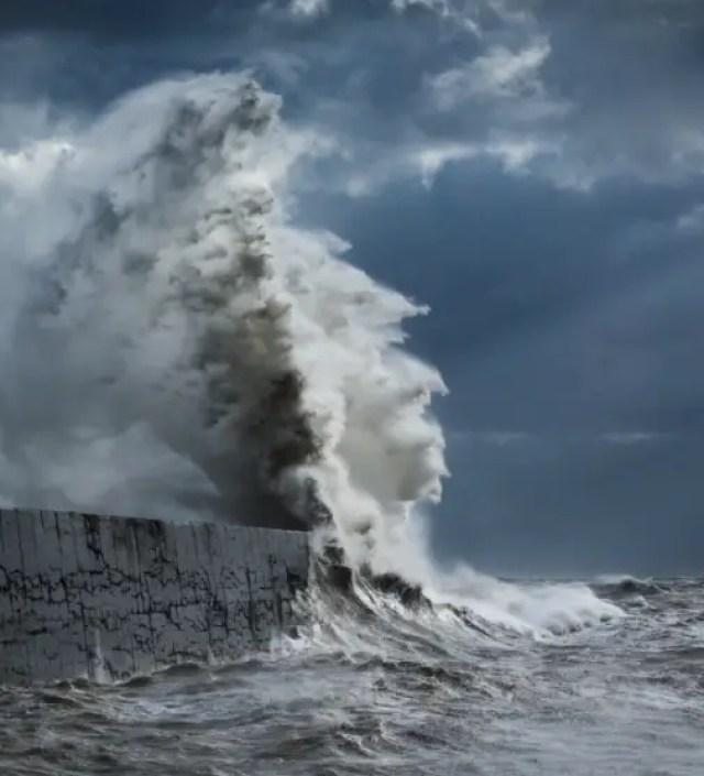 Spectaculaire foto's die de woeste kracht van golven laten zien