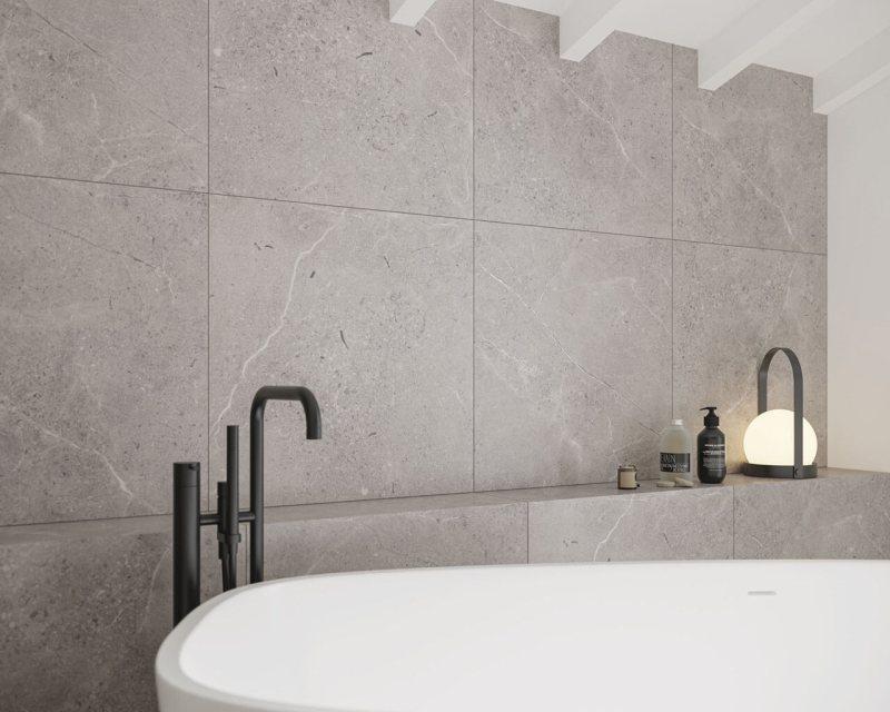 Ceramiczna ściana przypominająca beton topiękna dekoracja strefy kąpielowej.