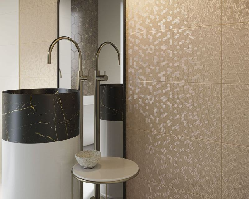 Złote, błyszczące płytki idealnie pasują domałych łazienek.