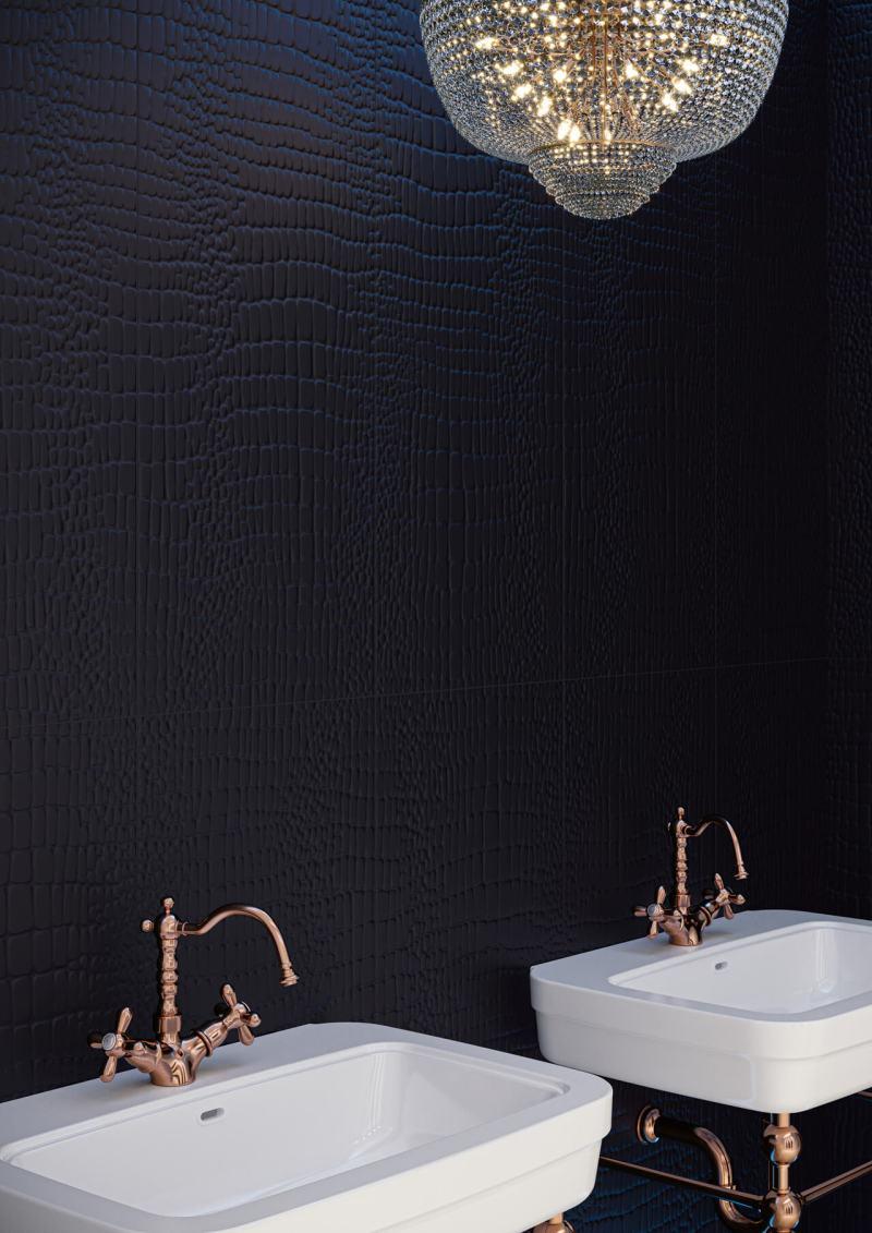 Piękny, kryształowy żyrandol wspaniale prezentuje się natle czarnej ściany ofakturze skóry węża.