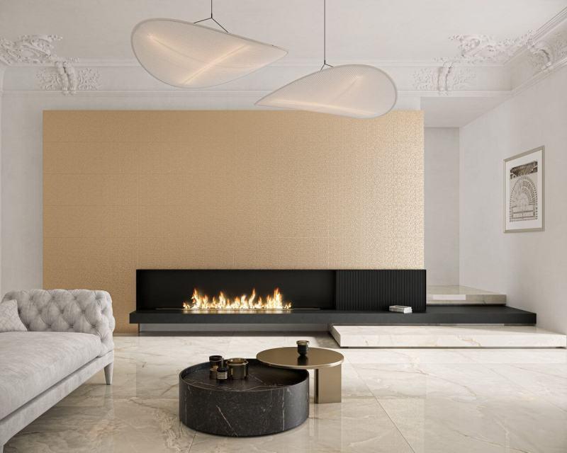 Przestronny salon urządzony wstylu glamour zachwyca złotą ścianą imarmurową podłogą.