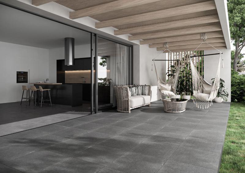Różne odcienie tejsamej podłogi orazzróżnicowane dodatki pozwalają zachować odrębny styl salonu itarasu.