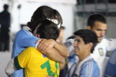 試合終了後 抱き合うパディジャとリカルド