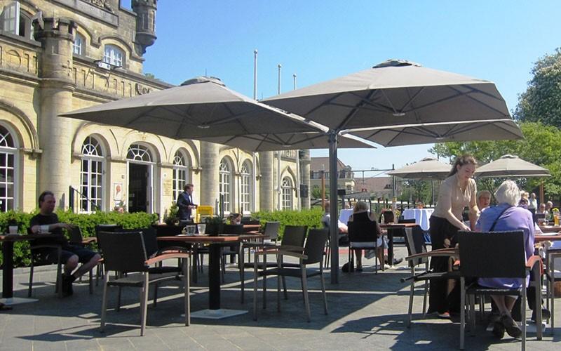Solero Prostor  horeca parasol met 4 doeken aan een mast