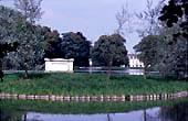 Tombeau de l'île des Peupliers et château