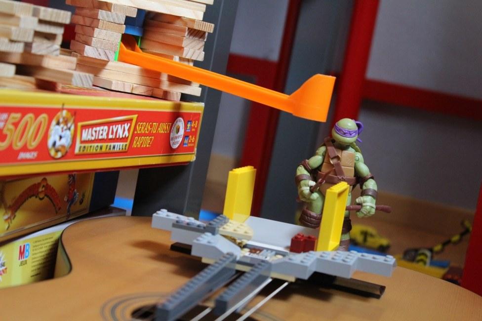 Guide en Lego pour amener la bille sur les cordes de guitare