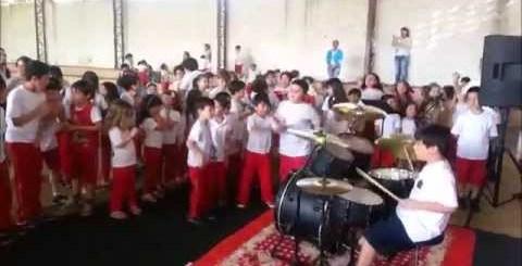 System of a Down à la batterie dans un spectacle scolaire
