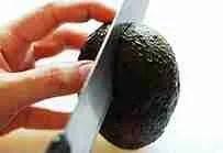 Cut-the-avocado-in-half