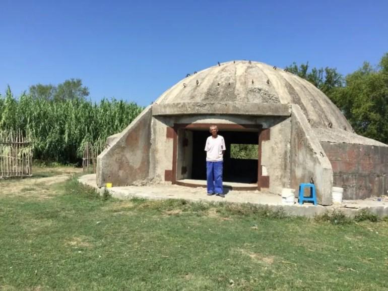 Road trip Albanie - homme dans son bunker