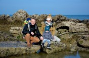 Côte d'Opale, famille sur la plage rocheuse du cap gris nez Côte d'opale