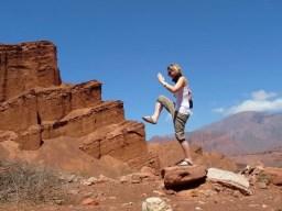 photomontage une femme mime le montage d'escalier argentine