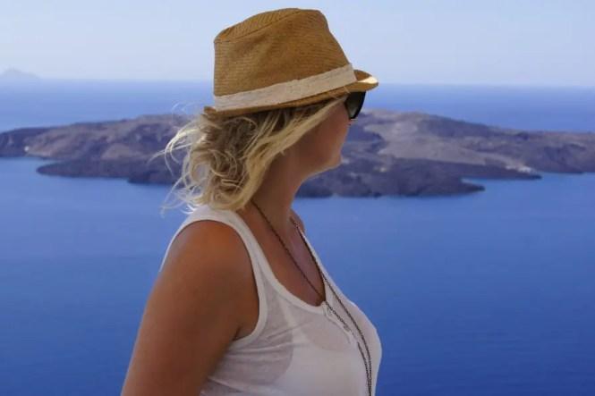 femme regardant la mer île de Santorin
