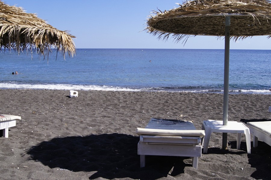 plage de perissa Les Cyclades :  visiter l'île de Santorin.