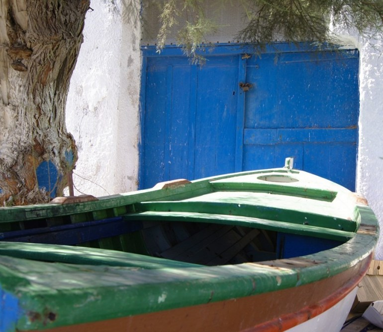 île de Santorin, Bateau colorée au port de Korfos