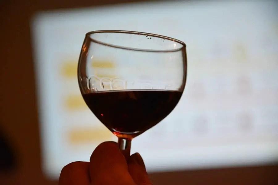 verre de vin rouge laissant aparaitre les traces de jambes france terroir