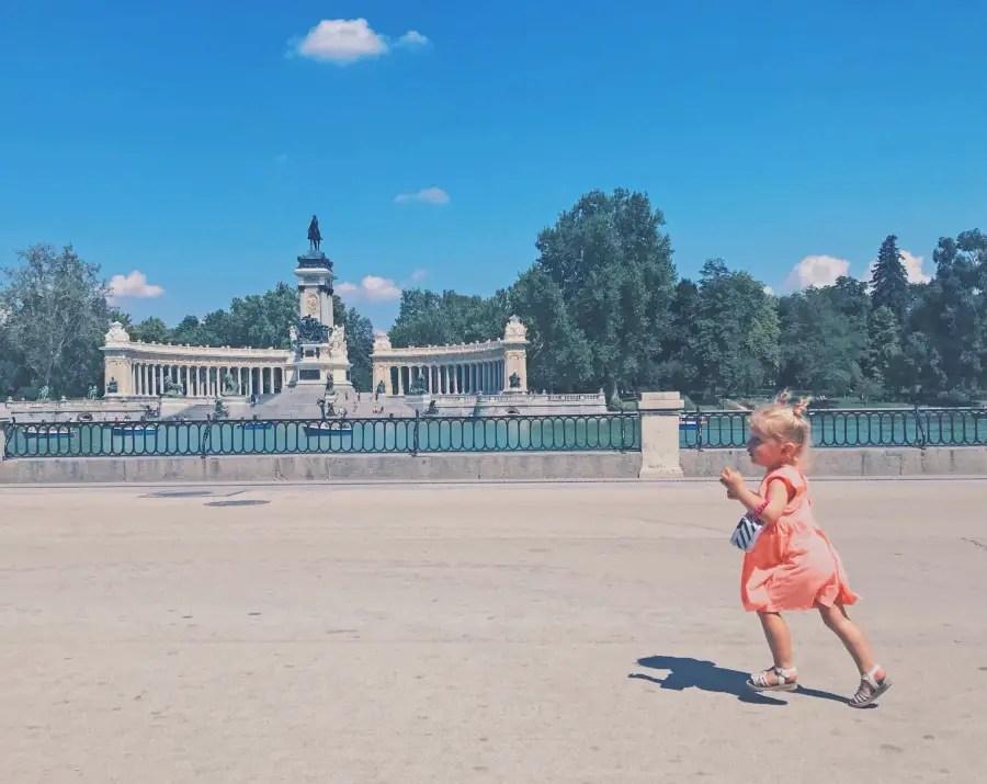 petite fille qui court dans le parc de madrid, rentrée scolaire en Espagne