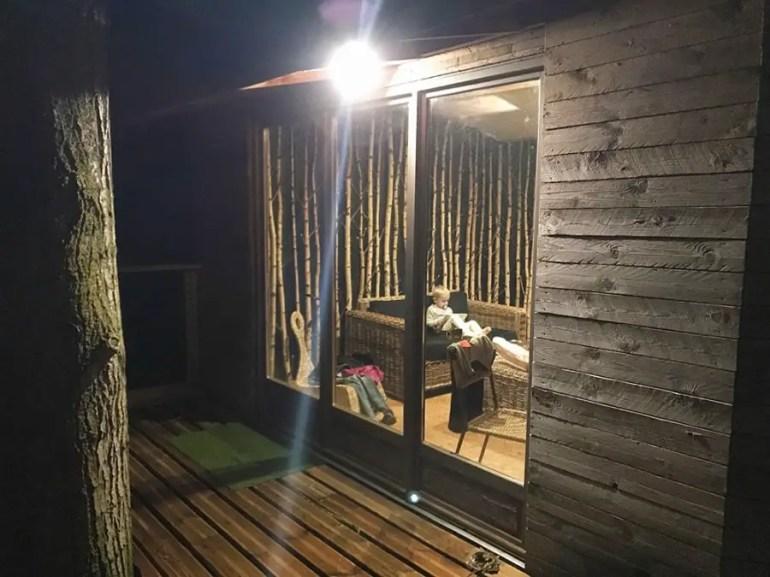 Hébergement insolite, dormir dans une cabane dans les arbres avec des enfants