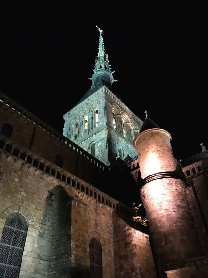 que visiter au mont saint michel et sa baie - l'abbaye vue de nuit