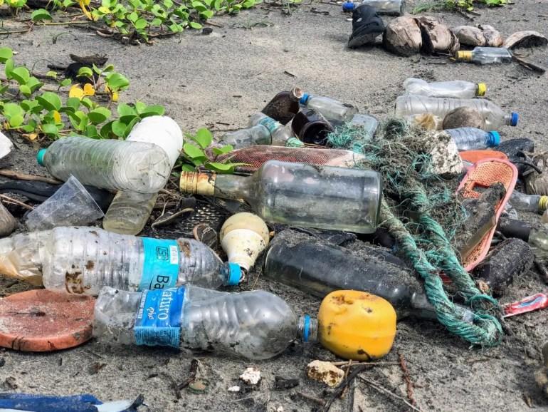 No plastic challenge plage souillée de plastique