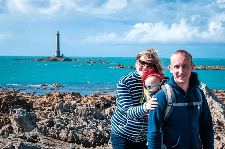 famille devant le phare du nez de jobourg
