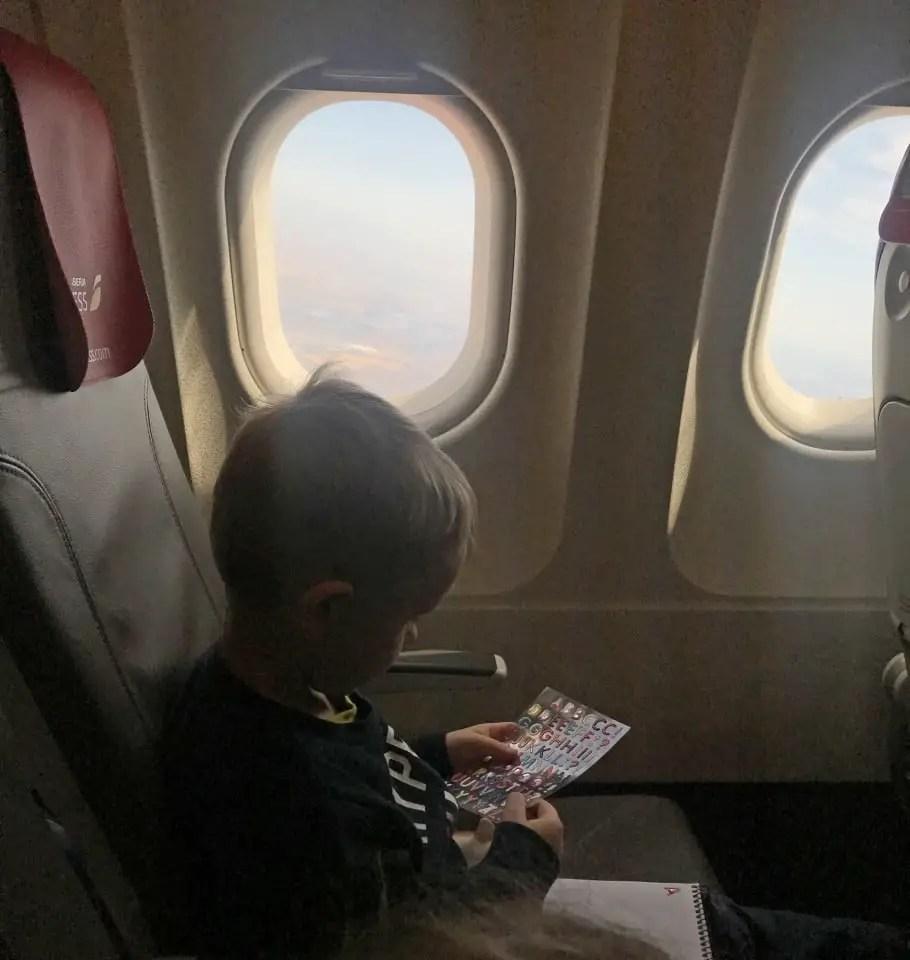 occuper son enfant dans l'avion avec des stickers