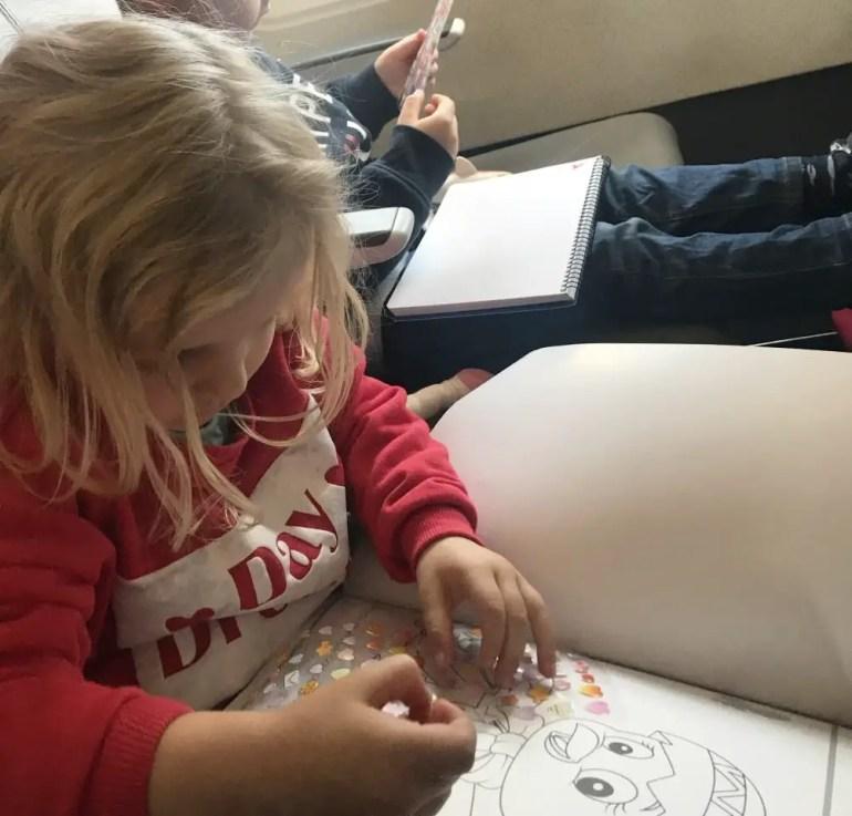 occuper son enfant dans l'avion coloriage