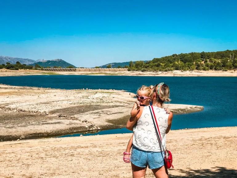 mere et fille au lac en espagne