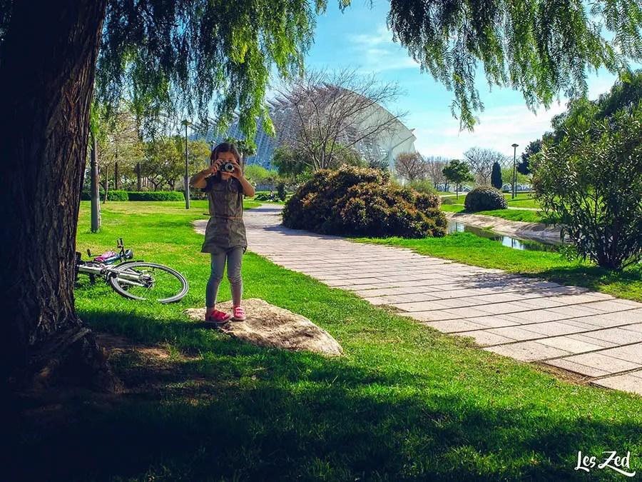 Les jardins du Tùria avec une enfant