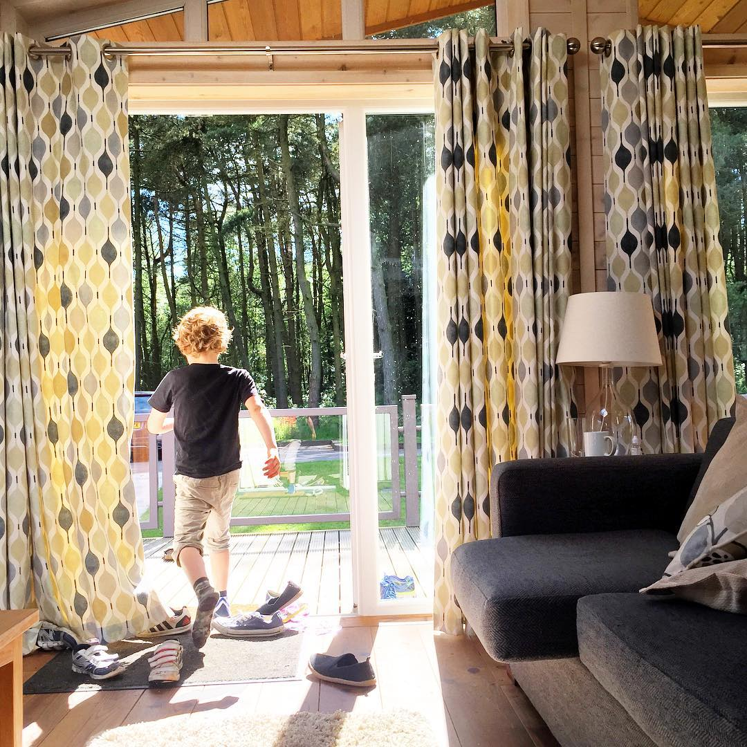 In, out, in, out, shake it all about. Loved this lodge so much, kids happy playing in the forest, grown ups lazily moving from hot tub to deck to sofa. Enjoying the papers, the peace and the sunshine ❤️ haven't been this happy and relaxed in ages @darwin_forest