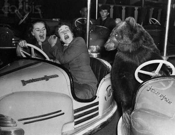 L'incidente fu solo sfiorato, ma le due ragazze a bordo dell'autovettura si presero comunque un bello spavento