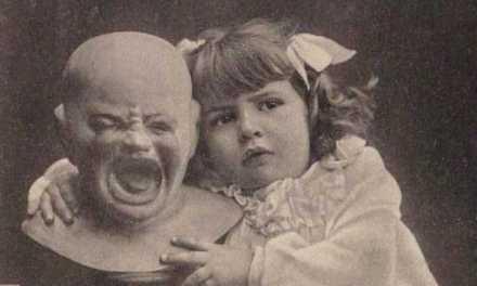 La grossa testa pelata mal sopportava le attenzioni di quella bambina grassoccia