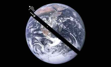 Se scavassi un buco attraverso il centro della terra, e saltassi dentro, resterei al centro a causa della gravità?