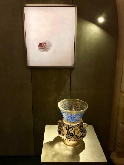 Lampe de mosquée d'Héliopolis et photographie de Patrick Everaert, galerie Alexis Renard