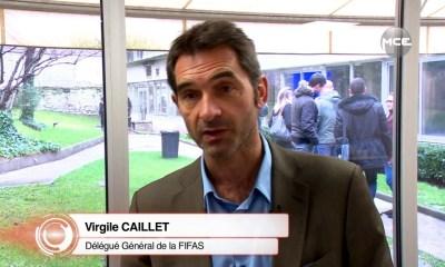 Lespécialiste de l'industrie du sport, Virgile Caillet, s'est exprimé su l'enquête qu'a ouvert l'UEFA vis-à-vis du Paris Saint-Germain concernant son respect ou non du Fair Play Financier suite à son mercato estival. «L'enquête ? Il y a une raison réelle, l'UEFA suit la comptabilité des clubs,l'autre raison est politique. Il y a une frondede ceux qui dominaient le football européen.Ils mettent une grosse pression sur l'UEFA, elle devait envoyer un message. A court terme,sur la saison 17/18, le PSG n'est pas en danger,je ne pense pas. Il faut comprendre que les contrats sont lissés. Les 222M€ de Neymar c'est sur cinq ans. La question n'est plus la même. En face il y a déjà 65M€ de ventes de joueurs.Le PSG est doncdans les clous. Mais il va devoir trouver des revenus additionnels pendant 5 ans.Le PSG s'est acheté une année,dans les suivantes il faudra être performant,a commenté le spécialiste surRMC. Il y a desrelais de croissance : lemerchandisingavec un potentiel relatif, 5 à 10M€.Avec le sponsoring il y a beaucoup à gagner. Le PSG doitrenégocier. Il y a une vraie différence entre les montants actuels et les standards pour un club de ce niveau.Chevrolet donne 65M€ à United, Rakuten 55M€ au Barça. Emirates, c'est 25M€ en terme de sponsor maillot. Il y a dessponsoring régionaux à faire grâce à Neymar.La billetterie, c'est délicat avec96% de taux de remplissage… Mais les abonnements ne comprennent pas les matches après les quarts de finale de C1. Il peut y avoirplus 10M€ de gains au Parc.Il y a lesles primes sportives.En Ligue des Champions, si vous allez en 1/4 de finale c'est 50-55M€. En finale c'est 80-85M€. Rien qu'avec ces primes, on a un potentiel de 30M€de revenus immédiats.Il y a un tas de marges de progression.Maisle point crucial sera la réussite sportive. Aprèslefair-play financier de l'UEFA, il n'est pas très fairjustement, il a figé les positions.On n'est pas complètement certain qu'il n'aille pas contre la liberté d'entreprendre chère à l'Europe.L'UEFA vo