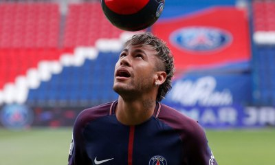 Neymar dribbles PSG