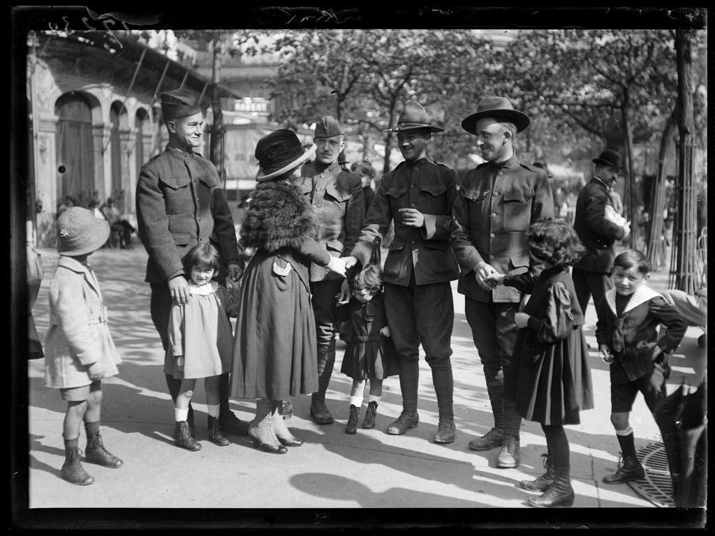 Een elegante Parisienne babbelt met Amerikaanse soldaten in Parijs op 14 september 1918
