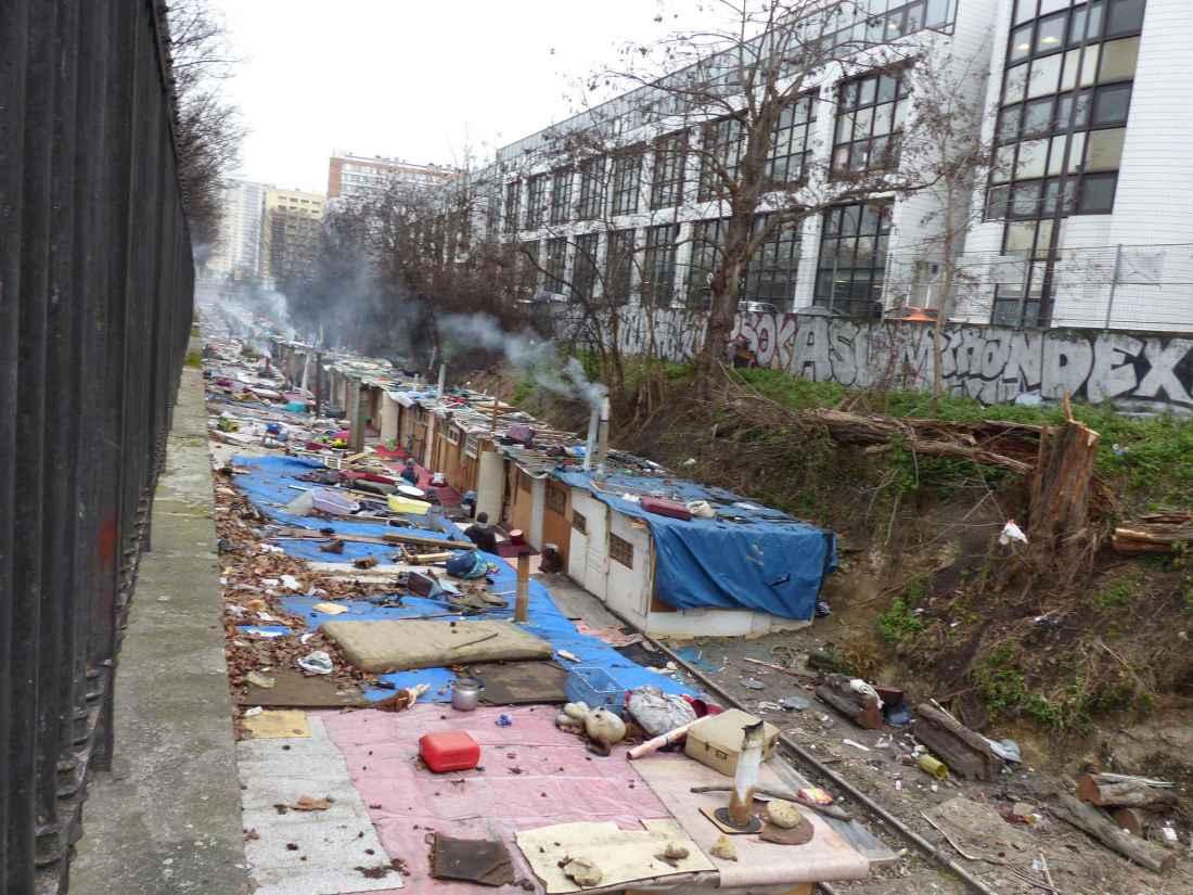 Porte de clignancourt important incendie dans un camp de roms parisvox - La recyclerie porte de clignancourt ...