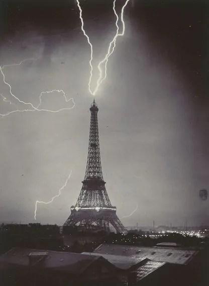 Tour_Eiffel_foudroyee_Gabriel_Loppe_1902