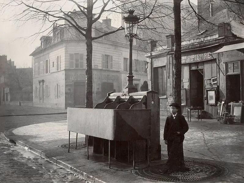 Urinoir de rue en 1865 - Paris - chaussee du Maine   Charles Marville