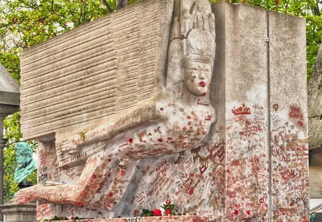 La tombe d'oscar wilde avant sa rénovation en 2011