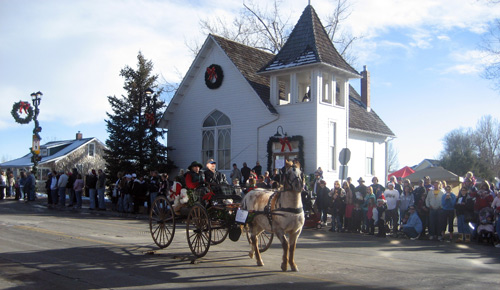 horse and carriage in front of ruth chapel on mainstreet