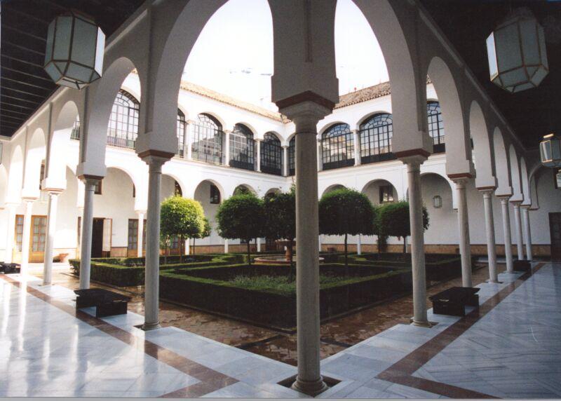 Uno de los 8 patios que contiene el edificio