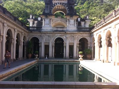 O pátio da piscina, atração da EAV, é o ponto de chegada obrigatório dos visitantes da escola / Foto: Camille Dornelles