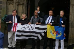 Avec à gauche le sénateur Michael Brown (Washington DC) et à droite Anazar Larbi Chabi (Kabylie)