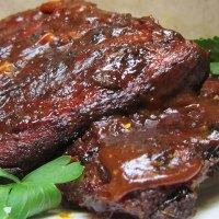 Costine di maiale alla griglia con salsa barbecue