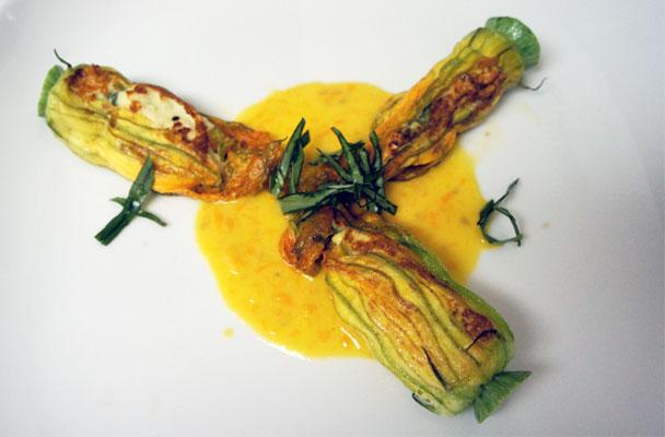 Fiori-di-zucca-farciti-con-salsa-allo-zafferano