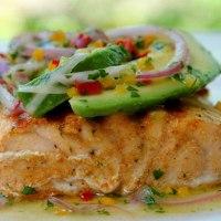 Salmone alla griglia con avocado e salsa al lime