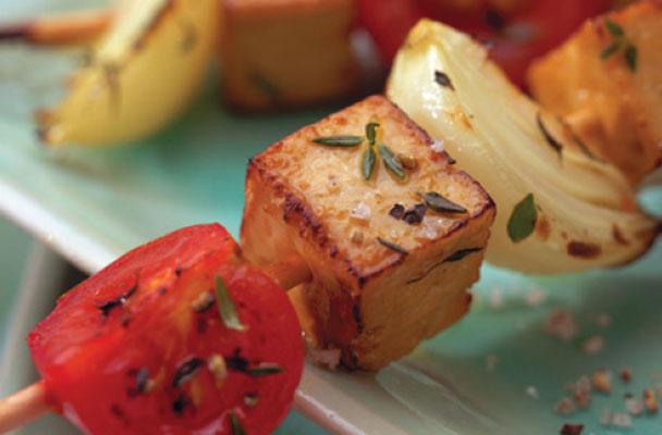 Spiedini-di-tofu-marinato-alle-erbe-ricetta-parliamo-di-cucina