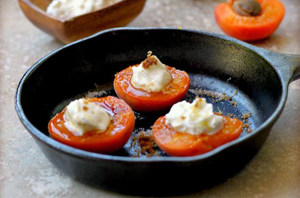 Albicocche-ripiene-all'amaretto-ricetta-parliamo-di-cucina